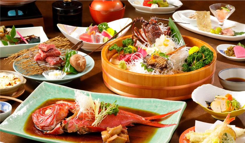 金目鯛煮付け、伊勢エビ活造りなどを含むふじまのコース料理全景